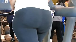 Big juicy ass girl in the gym
